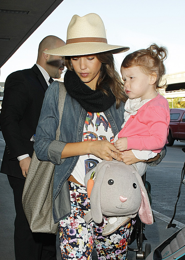 jessica-alba-wearing-hat-and-child-airport
