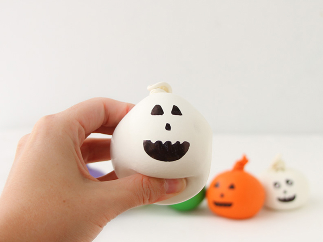 how to make mini pumpkins with sand and balloons